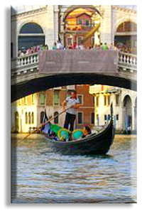 Gondola passing under the Rialto Bridge underthe Rialto Bridge